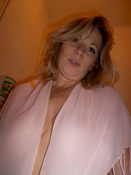 Coquine sexy docile pour amant dominateur