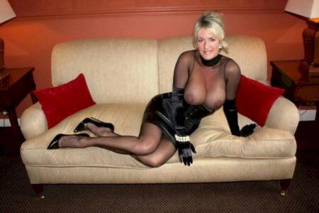 Femme cougar sexy dominatrice pour libertin qui est docile