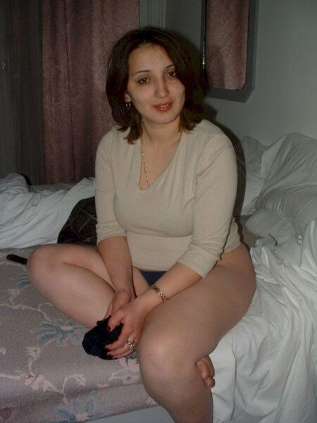 Jolie femme infidèle qui est intéressée par un plan sexe